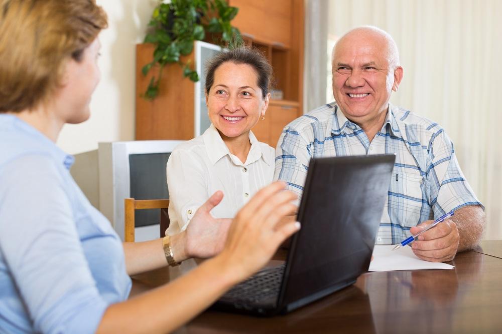 Starsi ludzie zaciągający pożyczkę bez ograniczeń wiekowych.